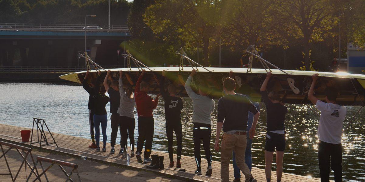 Teambuilding bij bedrijfsroeien bij Roeiclinics Utrecht